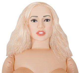 Uppblåbar sexdocka med blont hår. Vit bakgrund.