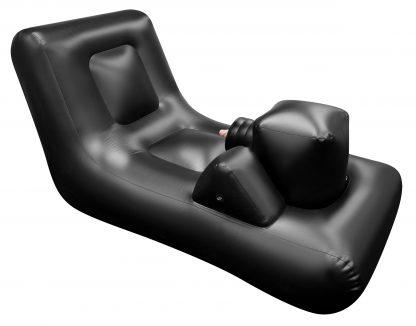 Uppblåsbar svart sexbädd. Vilket är en sexmaskin i sängform. Bakom syns vit bakgrund.