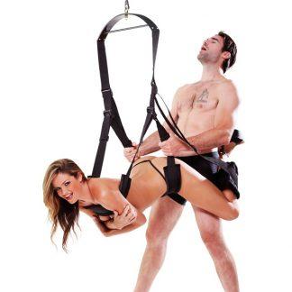 Svart sexgunga som används av liggande brunhårig kvinna och en stående man.